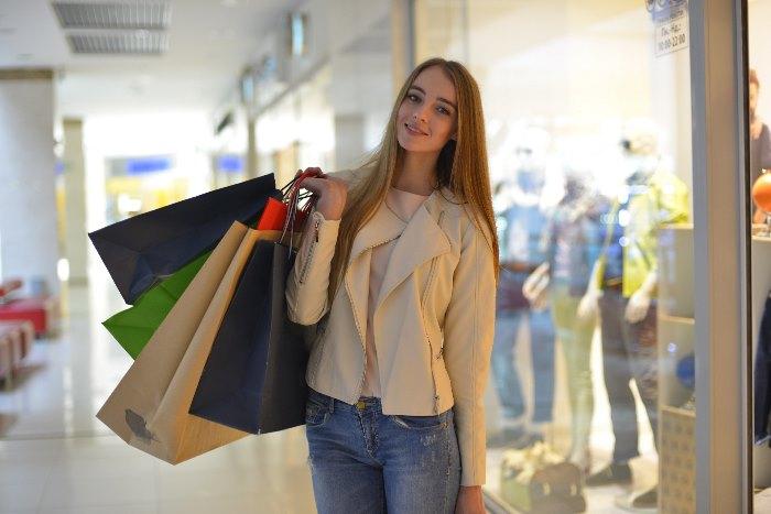 買い物する外国人女性