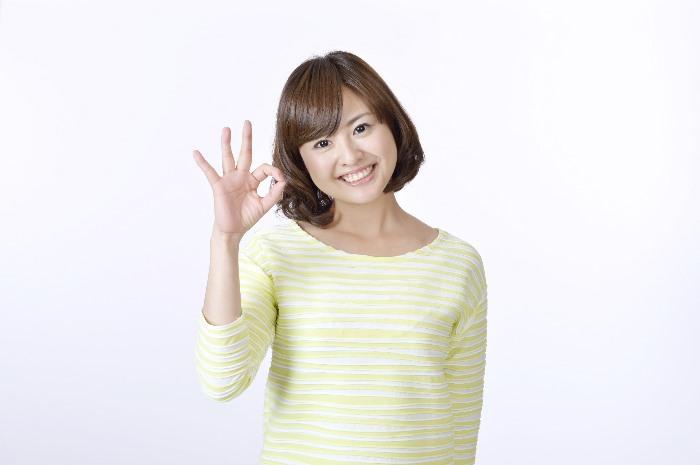 指で円を作る女性