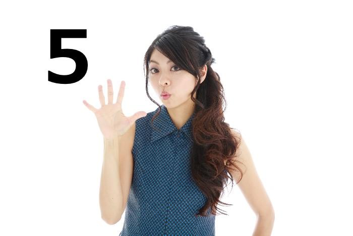 5本の指を開いた女性