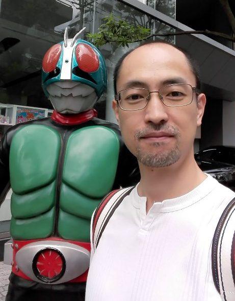 浅草バンダイの前で仮面ライダーと自撮り