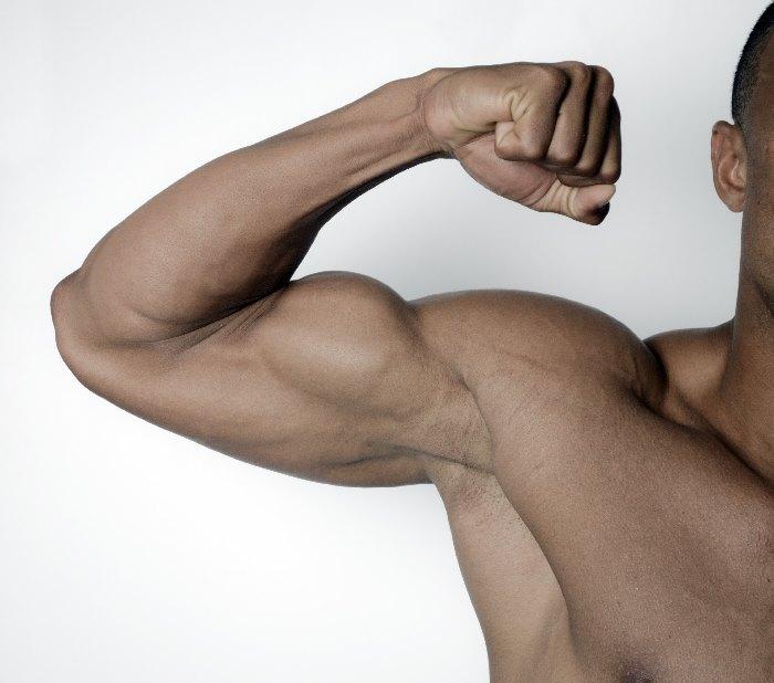 筋肉の男性
