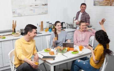 キッチンで会話する外国人たち