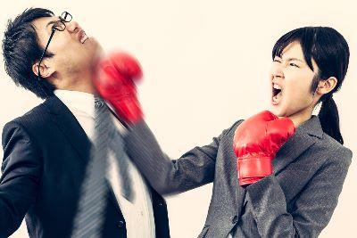 男性の顎を殴る女性