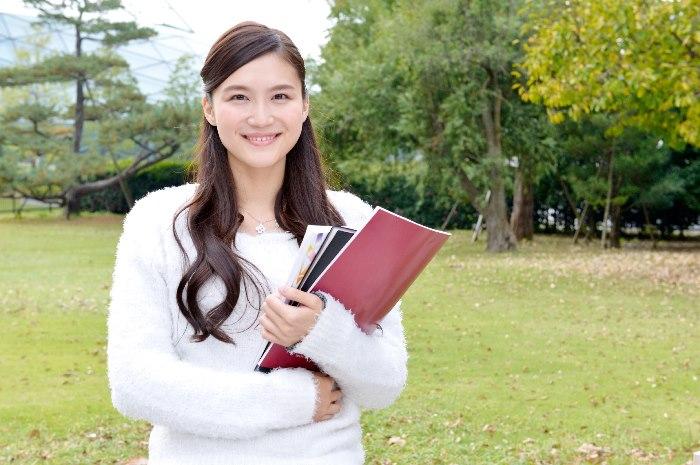 本を持った美人女性
