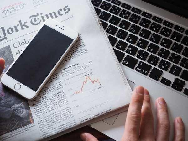 英字新聞とパソコンとスマホ