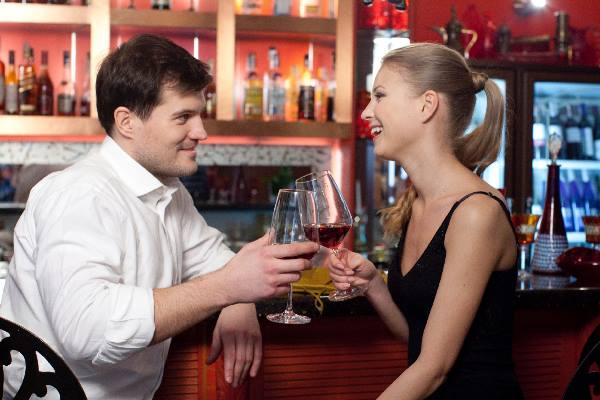 バーでワインを飲むカップル