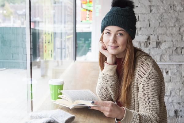 読書する白人女性