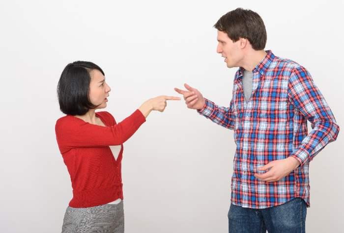 口げんかをするカップル