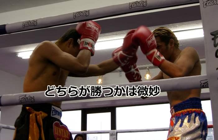五分の勝負をするボクサー
