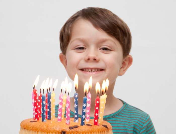 ケーキを前に喜ぶ少年