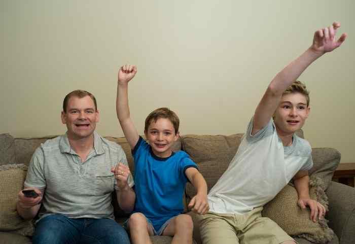 テレビを見て応援する家族