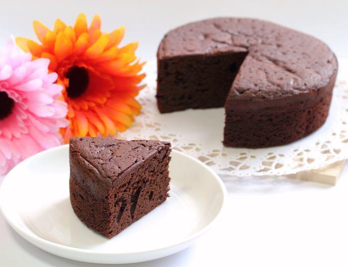 切られたチョコレートケーキ