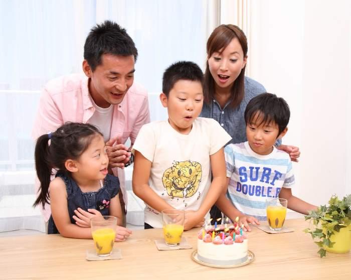 ケーキを食べる家族