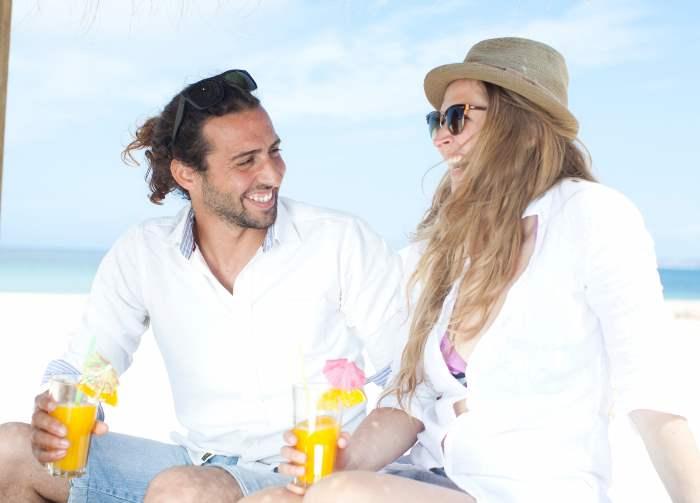 ビーチでデートする外国人カップル