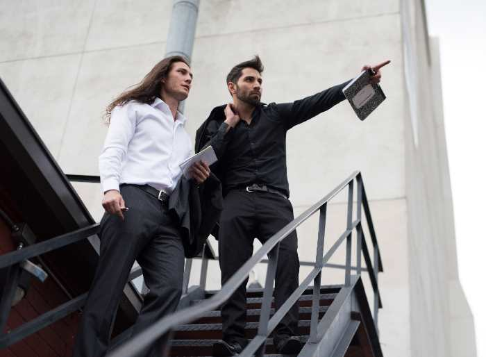 階段の上にいるイケメン二人
