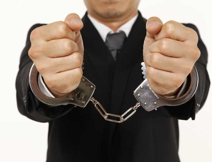 手錠を掛けられた男性