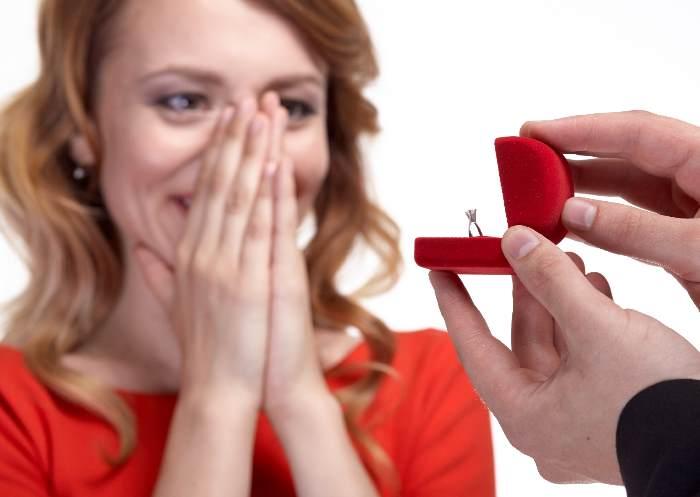 指輪をもらって喜ぶ女性