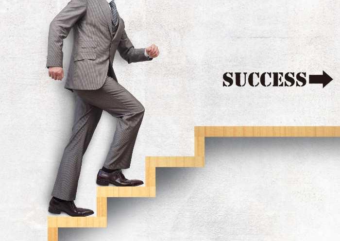 成功の階段を上るビジネスマン