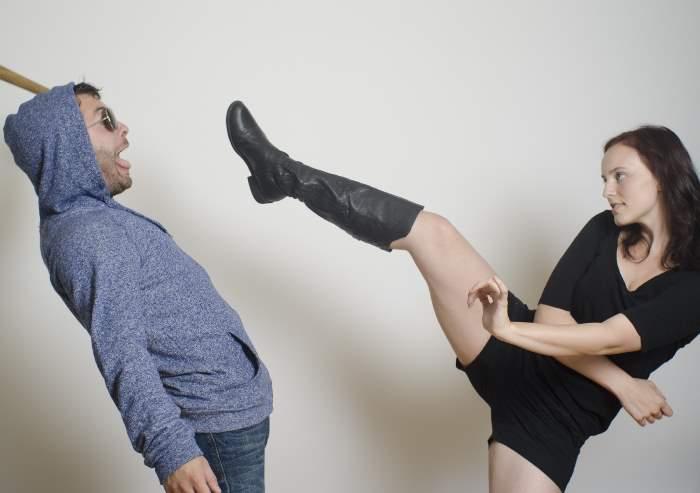男性を蹴る女性