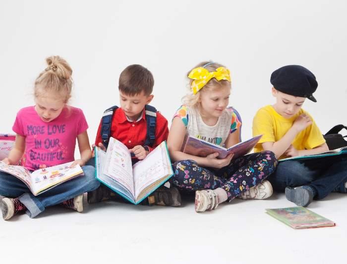 宿題をする外国人の子供達