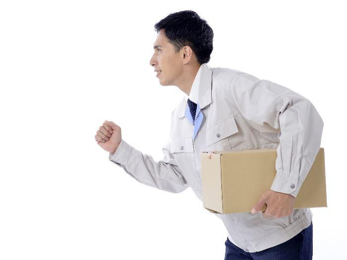 箱を持って走る男性