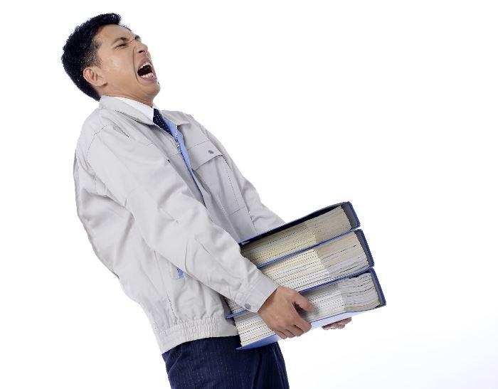 書類を運ぶ男性