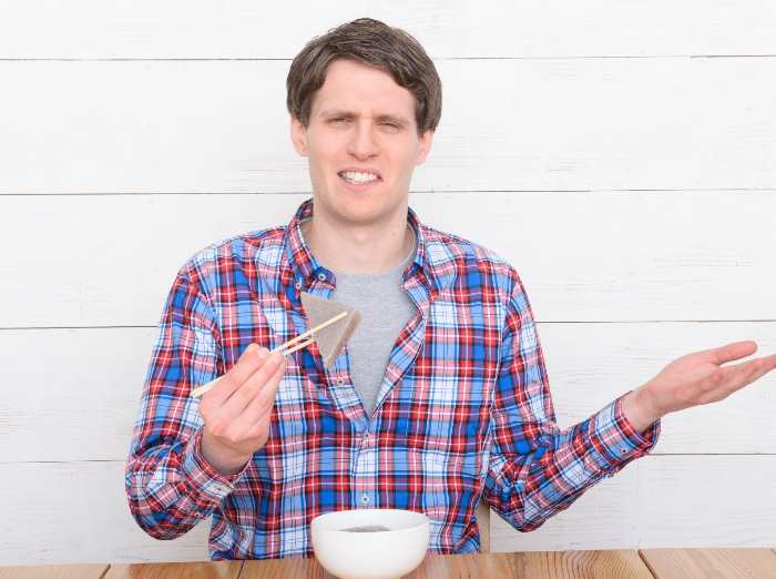 こんにゃくを食べる男性