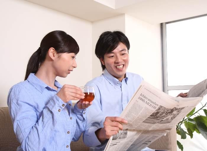 新聞を読む夫婦