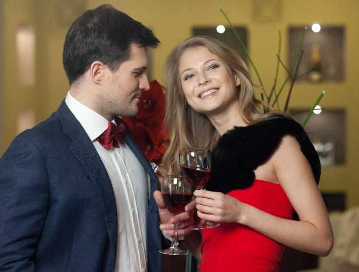ドレスを着た女性と男性