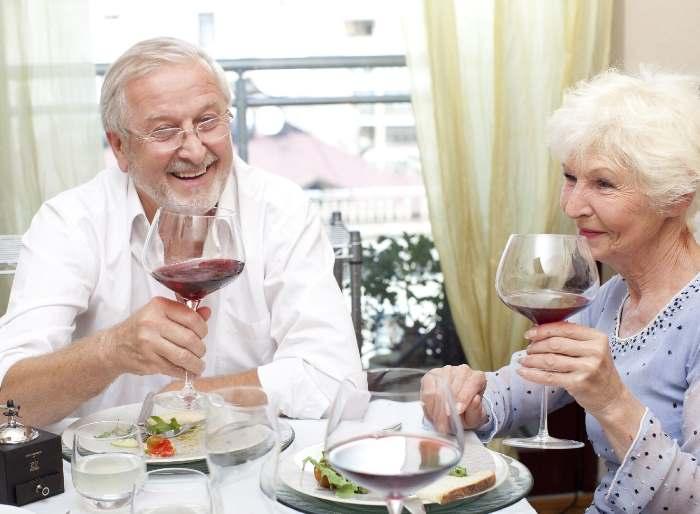 ワインを飲む老夫婦