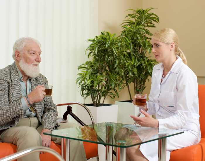 老人と女性の医者