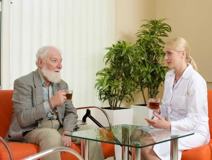 老人と話をする白人女性