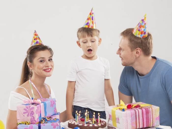 パーティーを楽しむ外国人親子