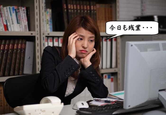 悲しい顔の女性会社員