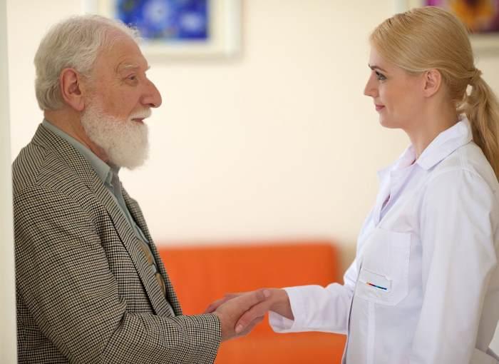 握手をする老人と女医