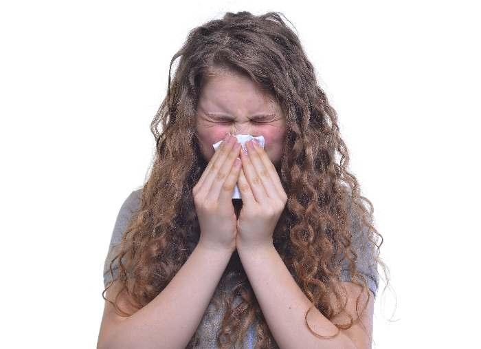 くしゃみをする外国人女性