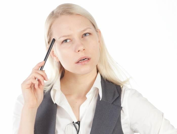 ペンを持って考える白人女性