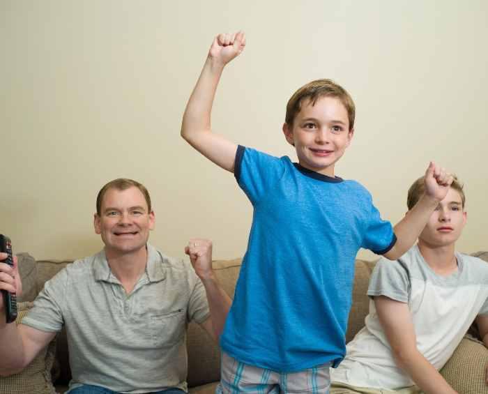 喜ぶ子供と父親