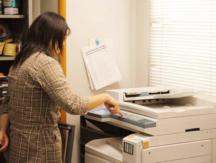 コピー機を使う女性
