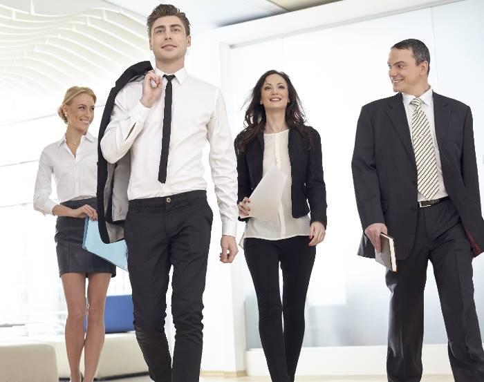 並んで歩くビジネスの人たち