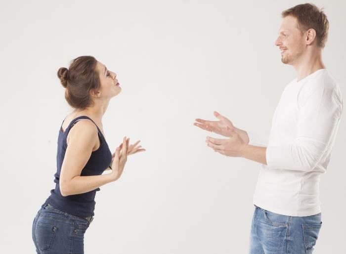 言い争う白人のカップル