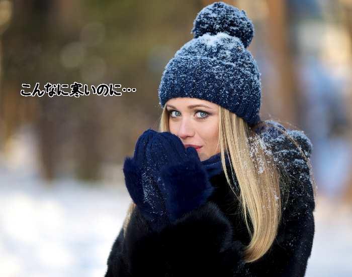 雪の中で寒がる女性