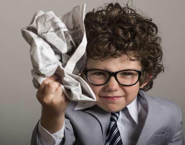 新聞を丸めた子供