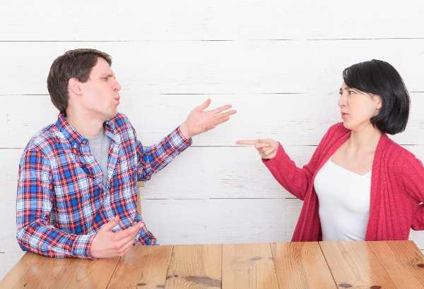議論する男性と女性