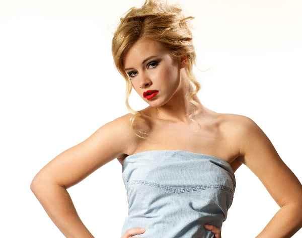 魅力的な金髪女性