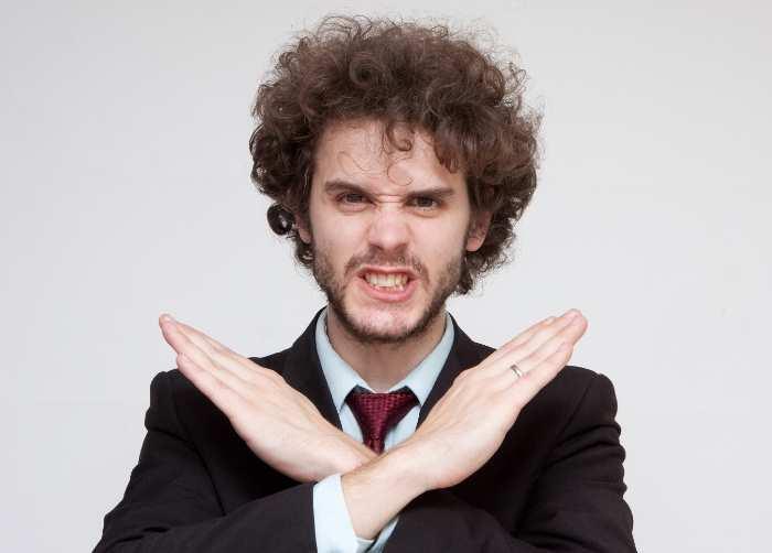 腕を十時に交差する外国人男性
