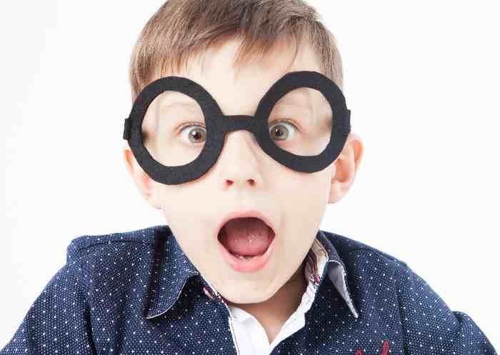 オモチャのメガネをかけた少年