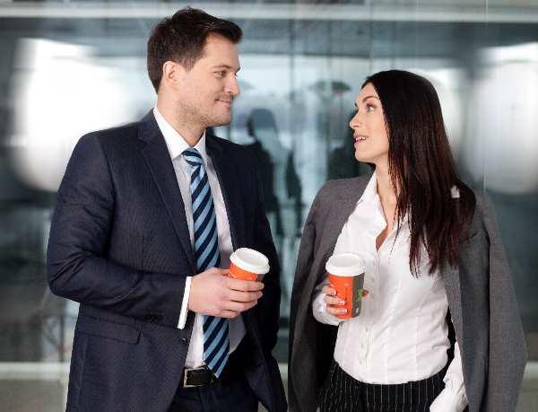 外国人のビジネスマンと女性