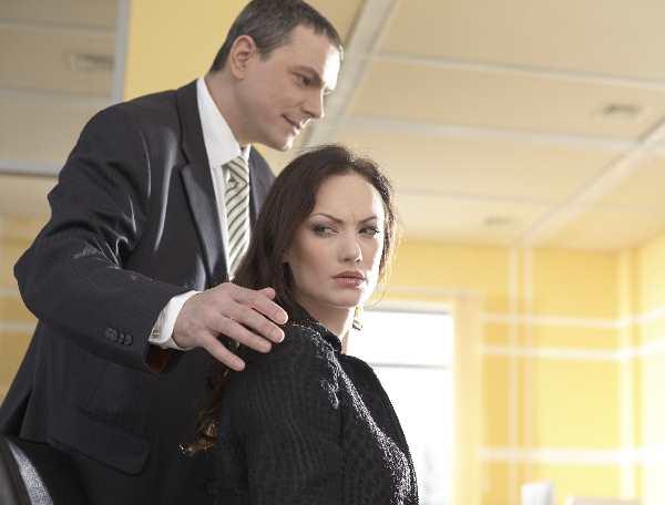 男性に肩に手を乗せられて嫌な顔をする女性