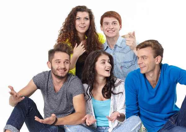 雑談する外国人の若者